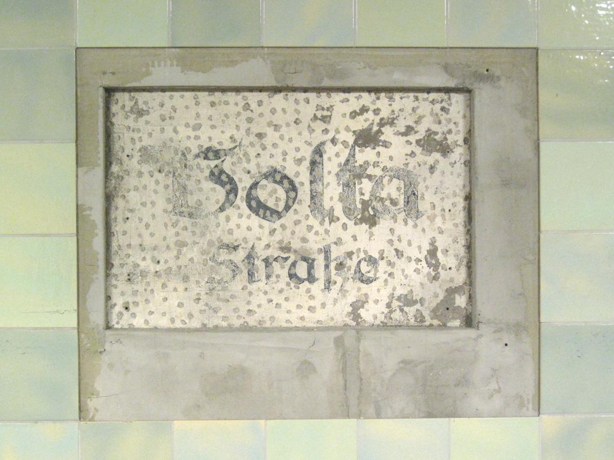 Abb.11: U-Bahnhof Voltastraße, Zustand November 2013. Gemalte Inschrift, gebrochene Schrift.