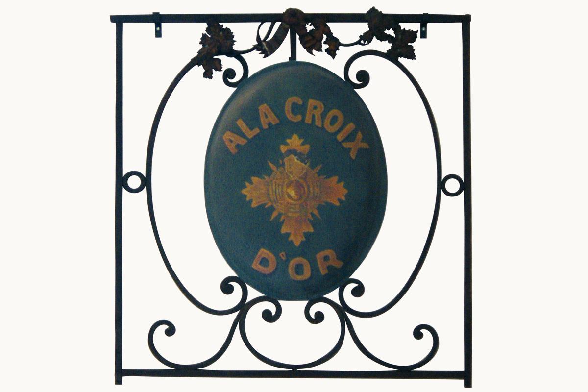 Fig. 3: A la Croix d'Or, auf Blech gemaltes Schild eines Weinhändlers, 18. Jahrhundert | Flat sign made of metal for the wine trader Àla Croix d'Or. 18th century. Musée Carnavalet, Paris, Inv EN 44.