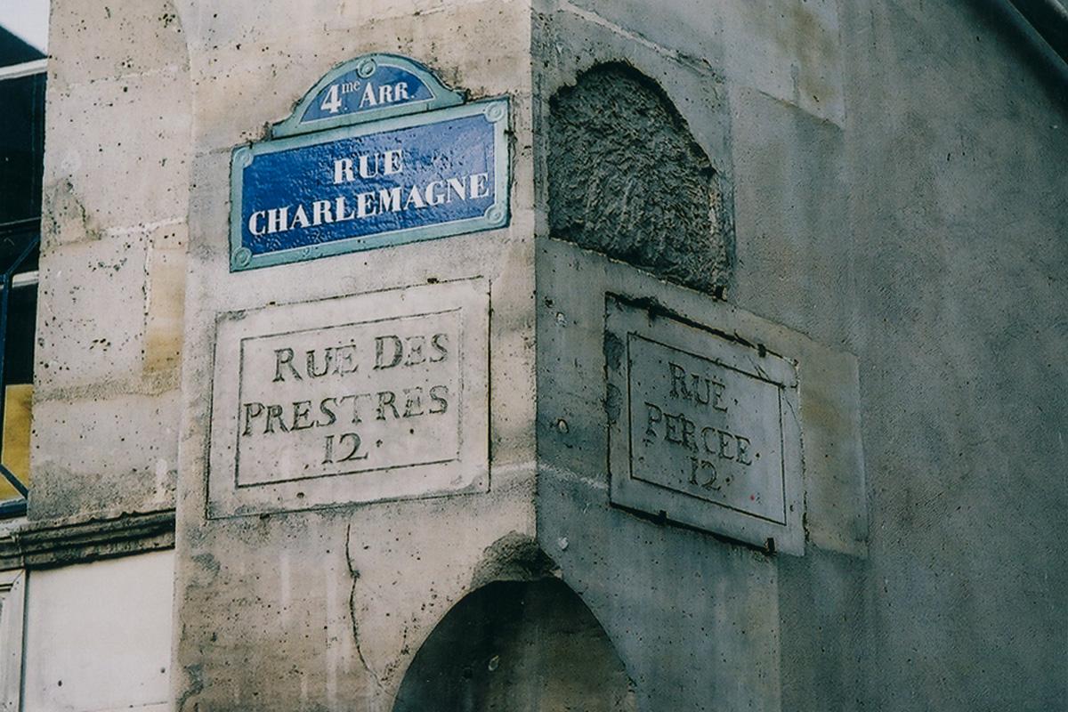 Fig. 4: Koexistenz verschiedener Generationen von Straßenschildern. | Coexistence of historical street signs. Paris, 2006.