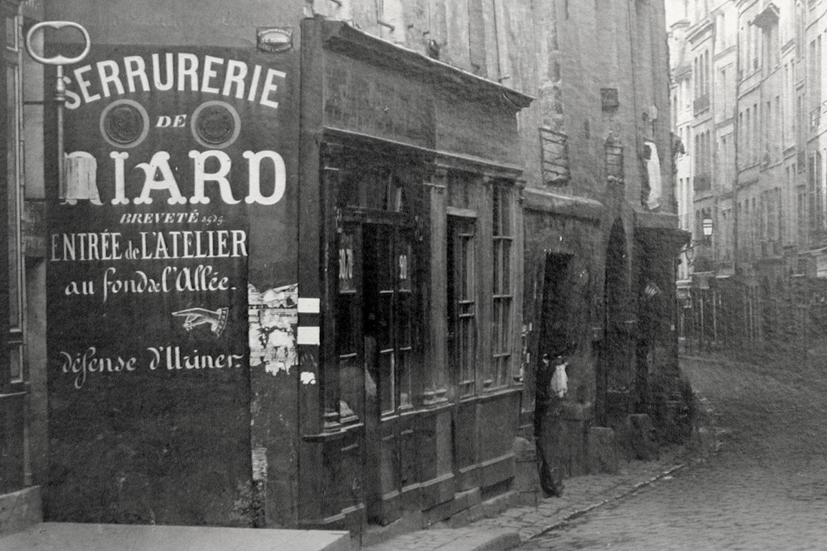 Fig. 5: Gemaltes Hinweisschild für eine Schlosserei. | Wall-painted sign of a locksmith. Photo Charles Marville (Detail), ca. 1860. Musée Carnavalet, Paris, CARPH 612.