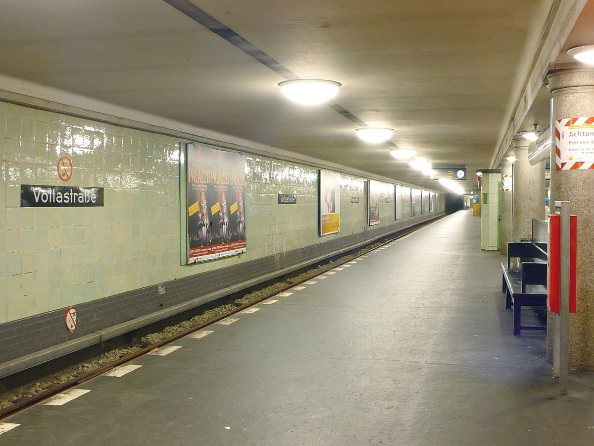 Abb. 5: U-Bahnhof Voltastraße, Zustand November 2007, Foto: Phaeton1, Wikipedia.
