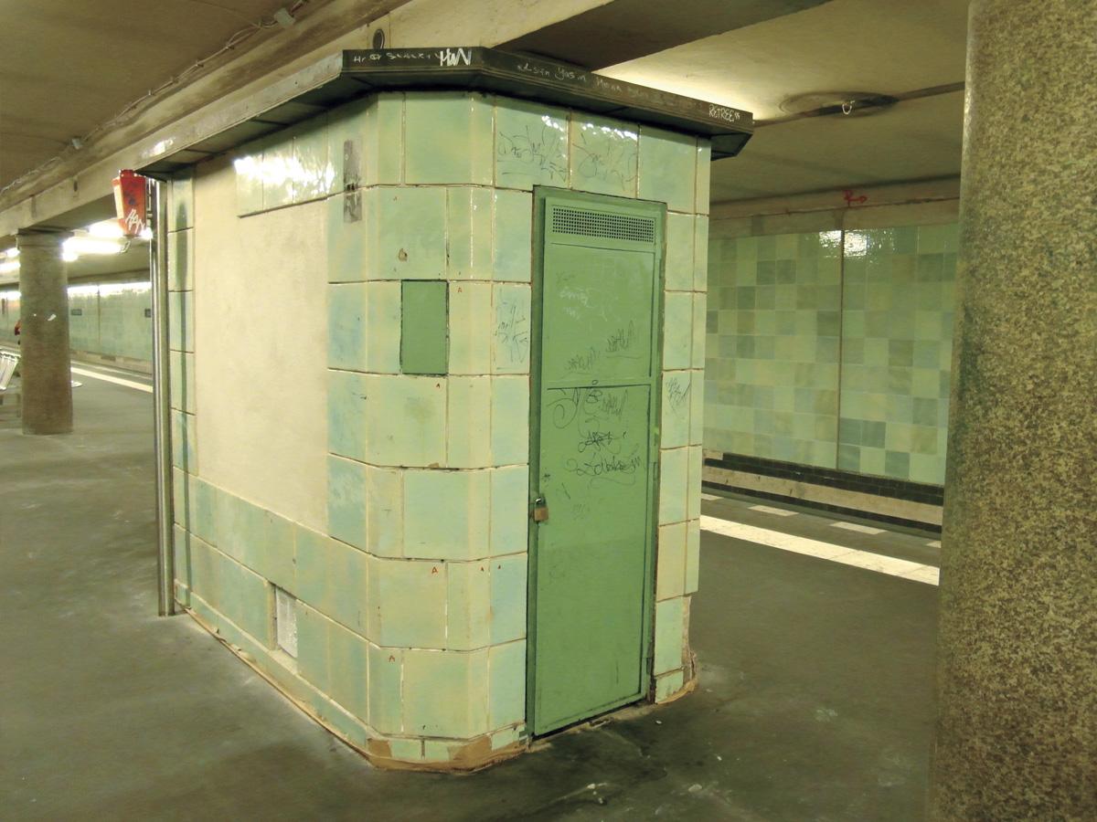 Abb.7: U-Bahnhof Voltastraße, während der Sanierung im Juli 2012. Originale Fliesen im Vordergrund, neue im Hintergrund. Foto: IngolfBLN, Flickr.