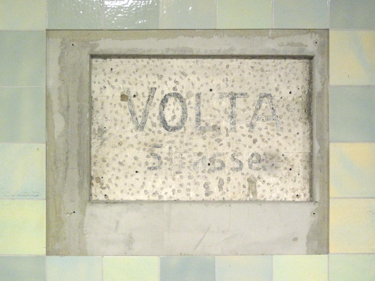 Abb.10: U-Bahnhof Voltastraße, Zustand November 2013. Gemalte, serifenlose Inschrift.