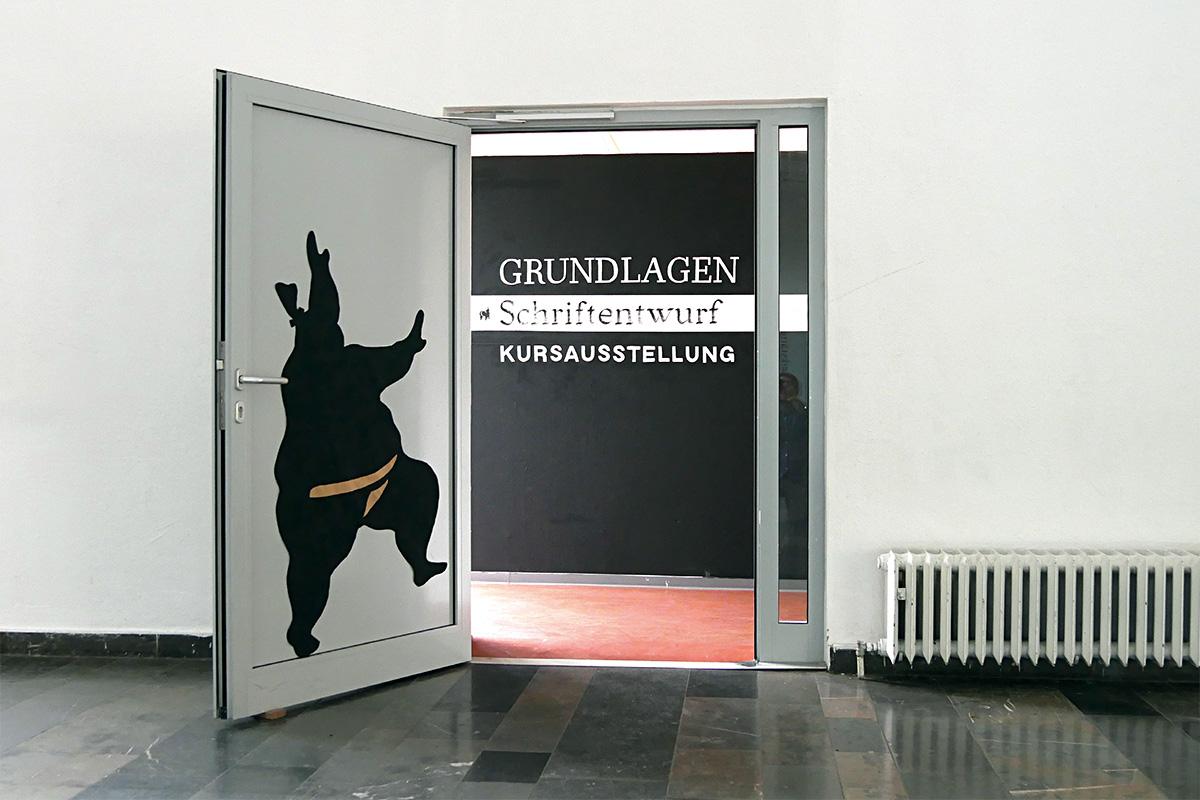 Ausstellung während des Ultrafett-Festivals, FH Bielefeld 2017. Schriftmalerei von Marie Pischel.
